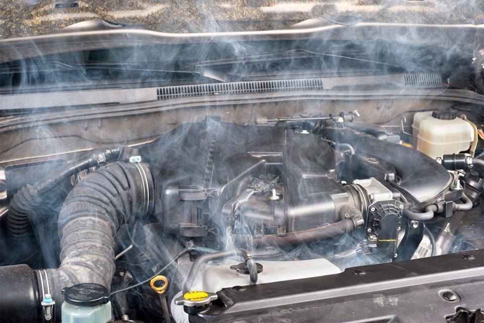 Weißer Qualm aus Motorraum – daran kann es liegen